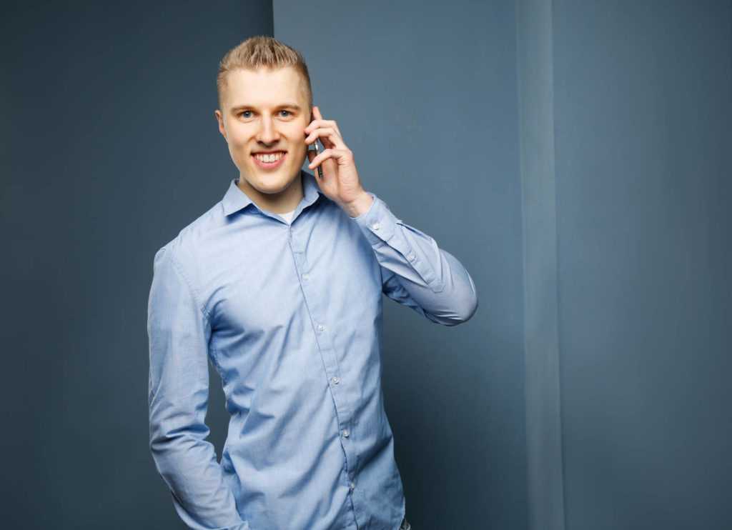 Niels Neumann Smartphone telefonierend