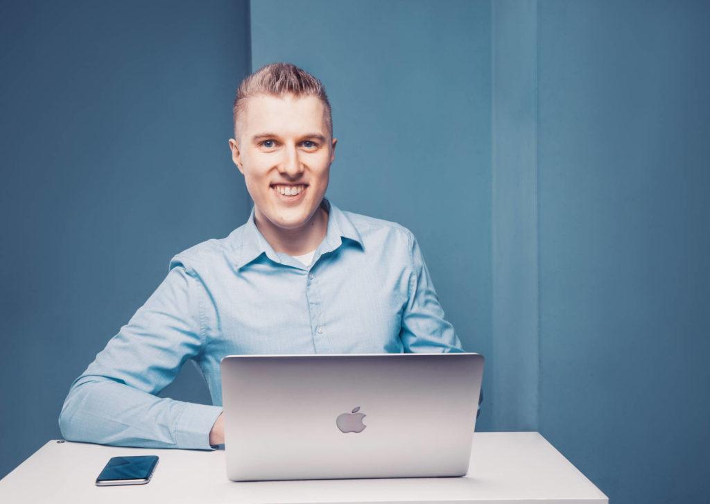 Niels Neumann am Macbook am arbeiten