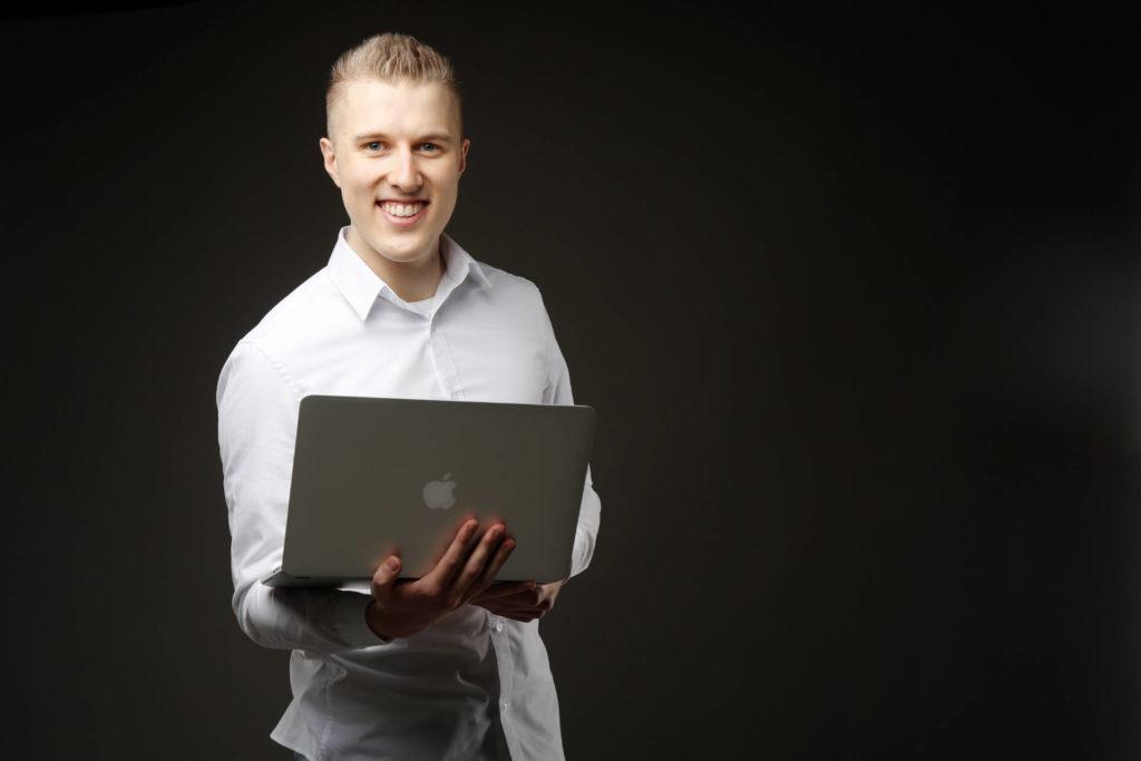 Niels Neumann Macbook Laptop stehend